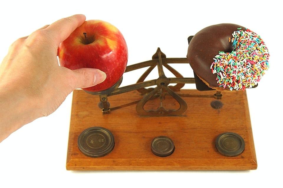 brevvægt med et æble og en donut