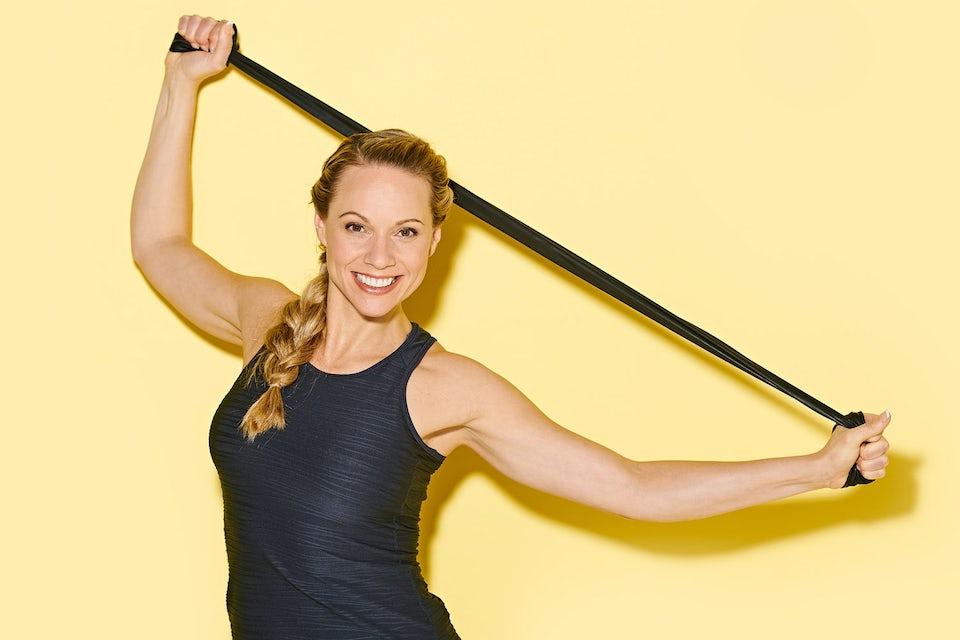 Kvinna tränar med gummiband