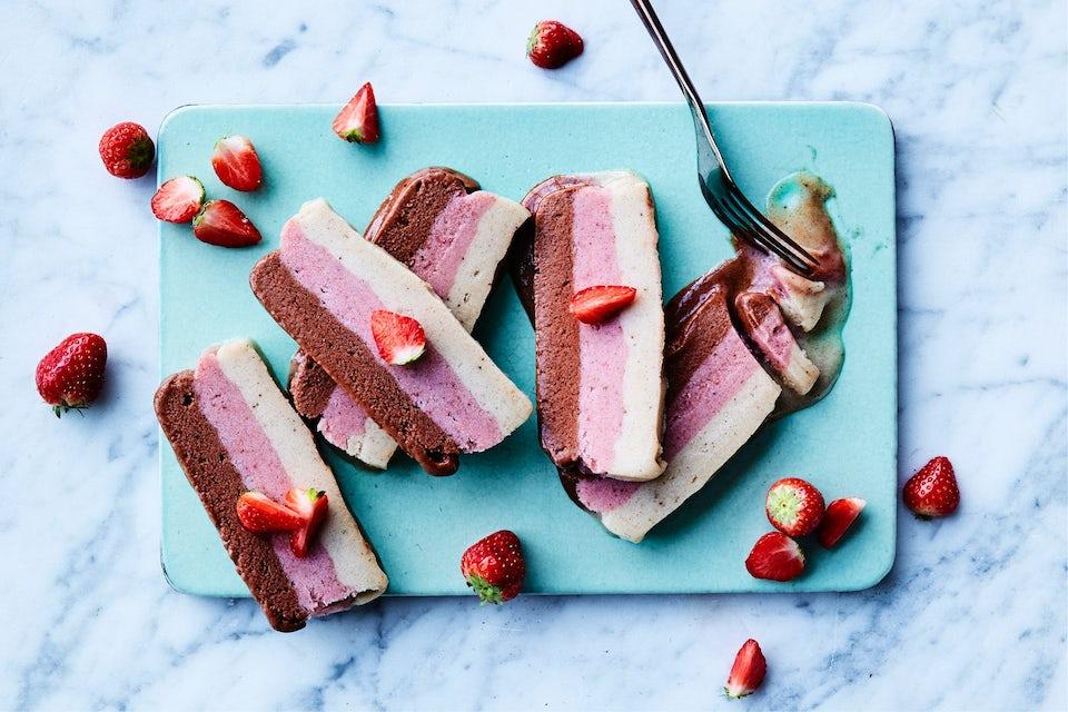 Regnbue is og jordbær på skærebræt