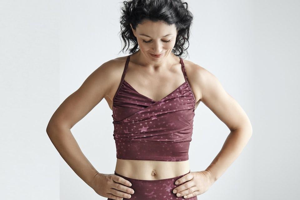 Kvinna visar sin mage