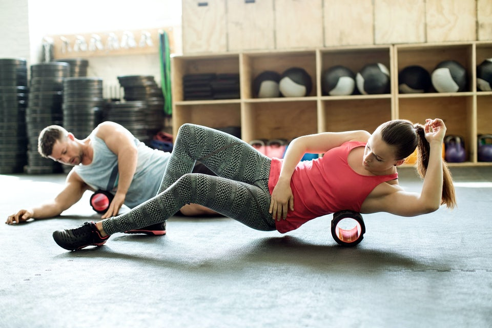 Nainen ja mies treenaavat foam rollerin avulla