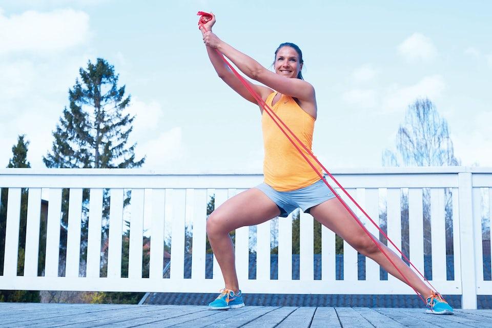 Kvinna gör övning med träningsgummiband