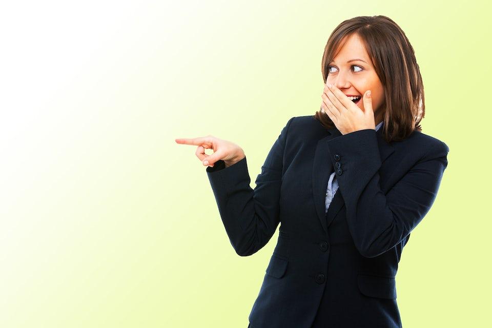 Kvinna pekar och ler