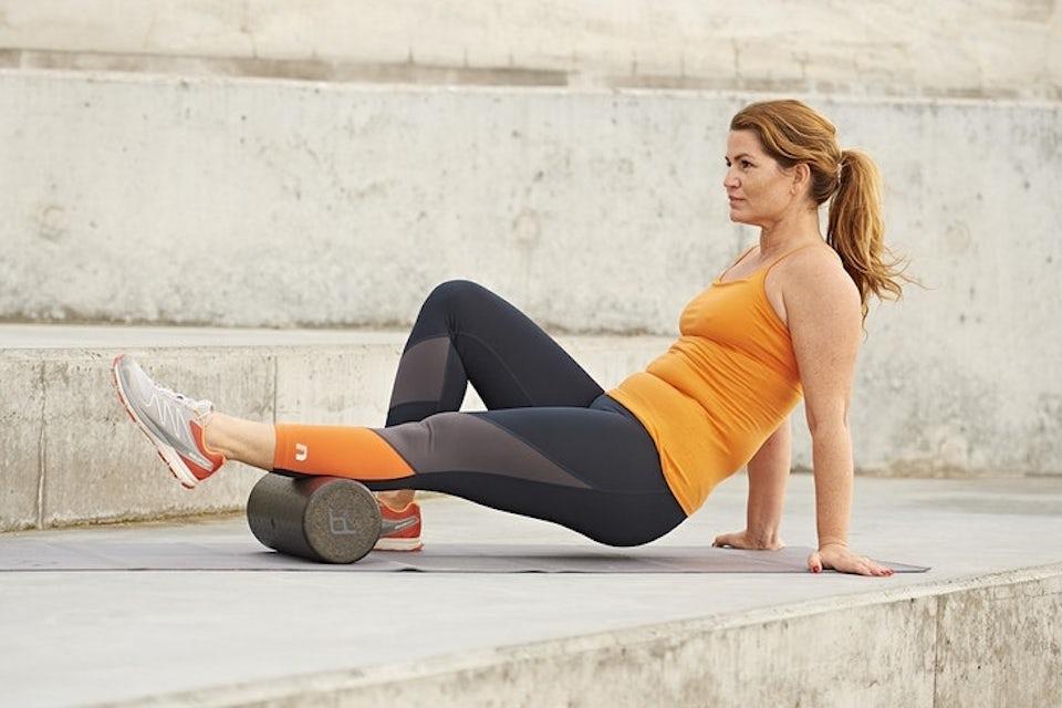 Kvinna gör övning med foam roller