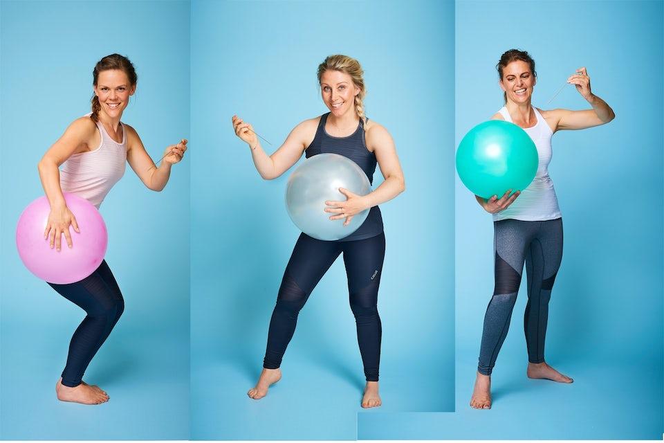 Kvinner punkterer ballonger foran valkene.