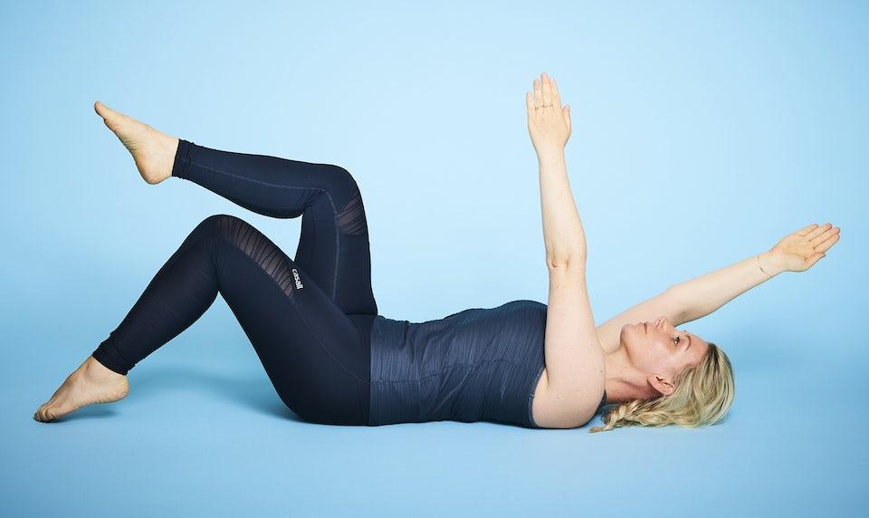 Kvinde laver mave-øvelse