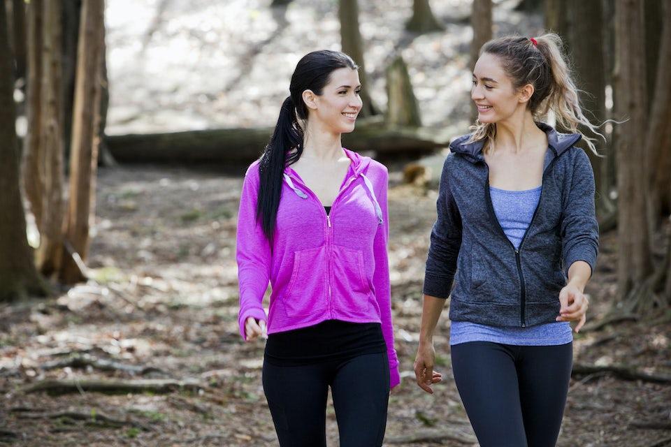 To kvinner går i skogen