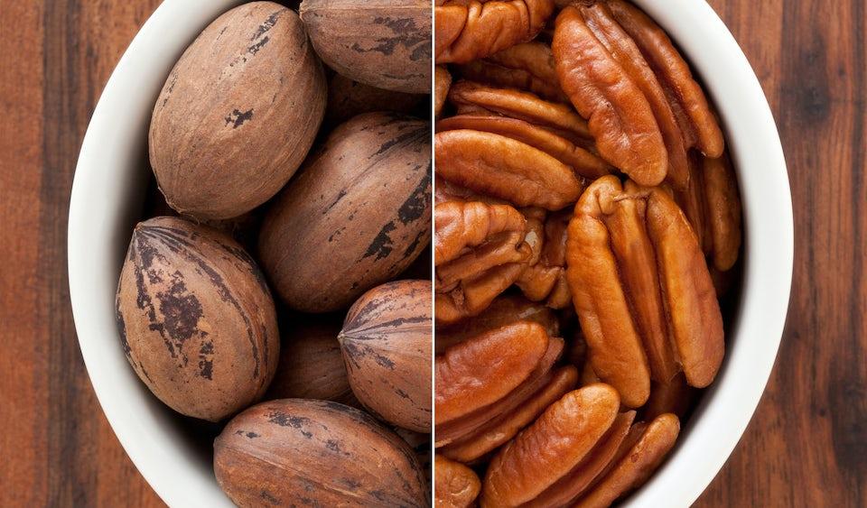 Pekaanipähkinöitä kuorineen ja ilman kuoria