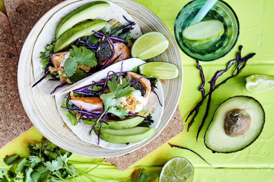 Tallrik med tacos och grönsaker.