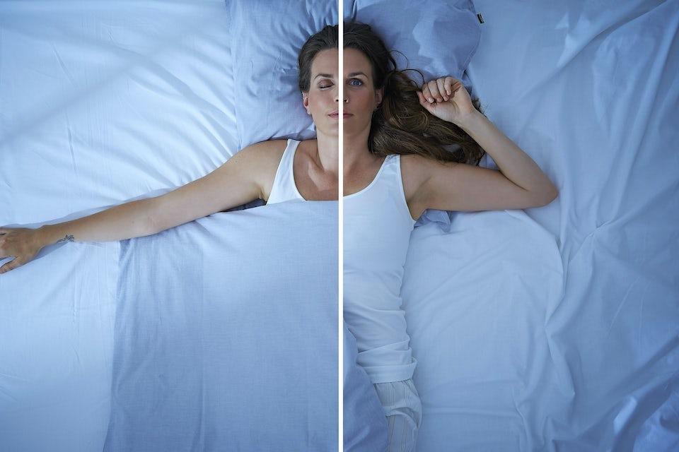 Kvinne sover versus er våken