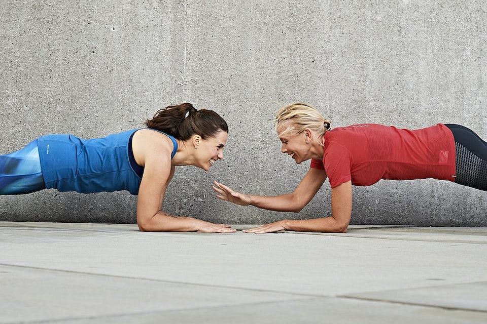 Väninnor som tränar tillsammans.