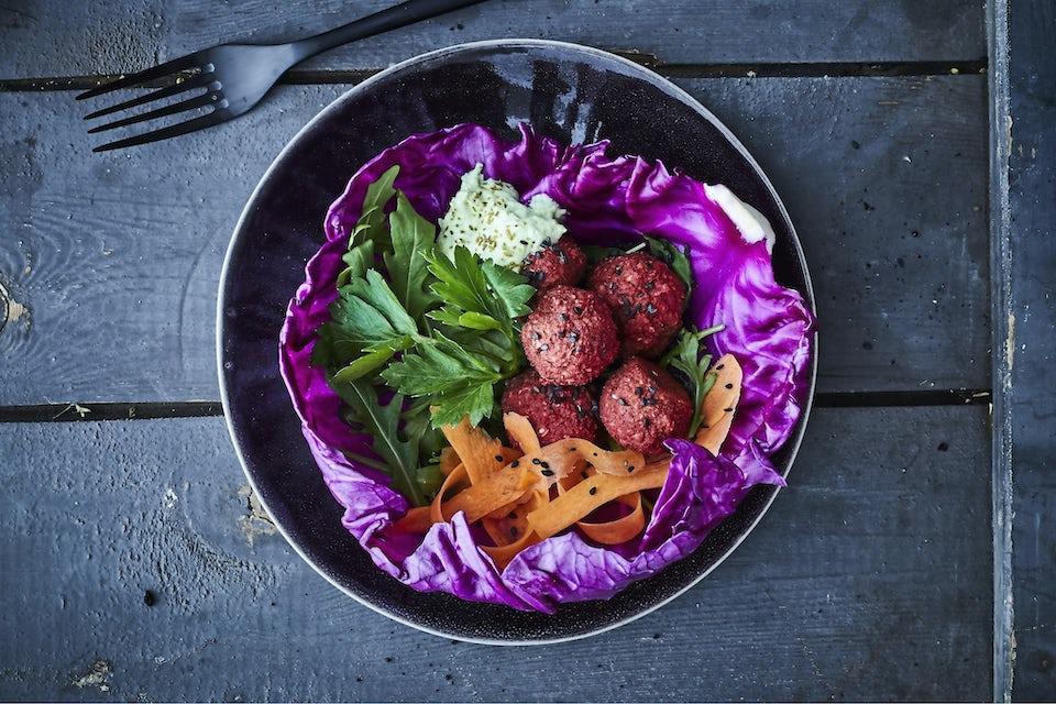 Tallerken med rødbetfalafler og grønnsaker