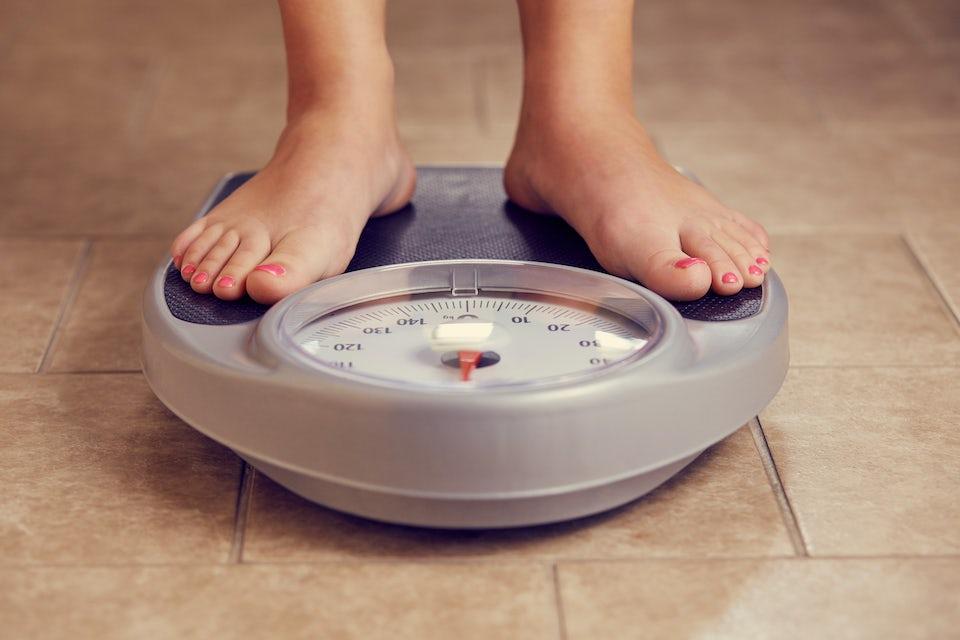 Kvinde vejer sig, vægttab