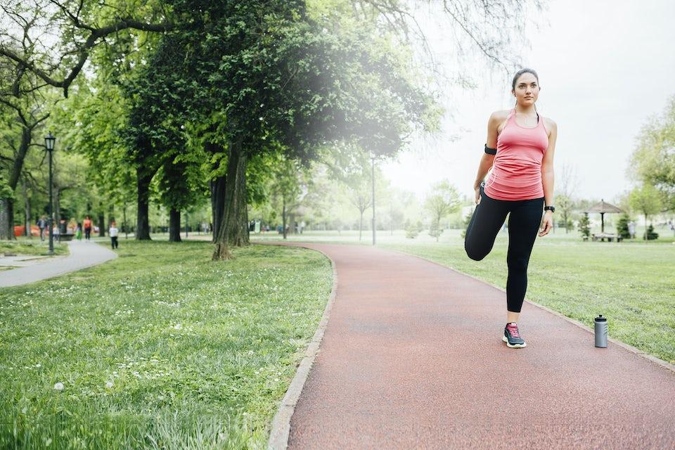 Nainen tasapainoilee puistossa