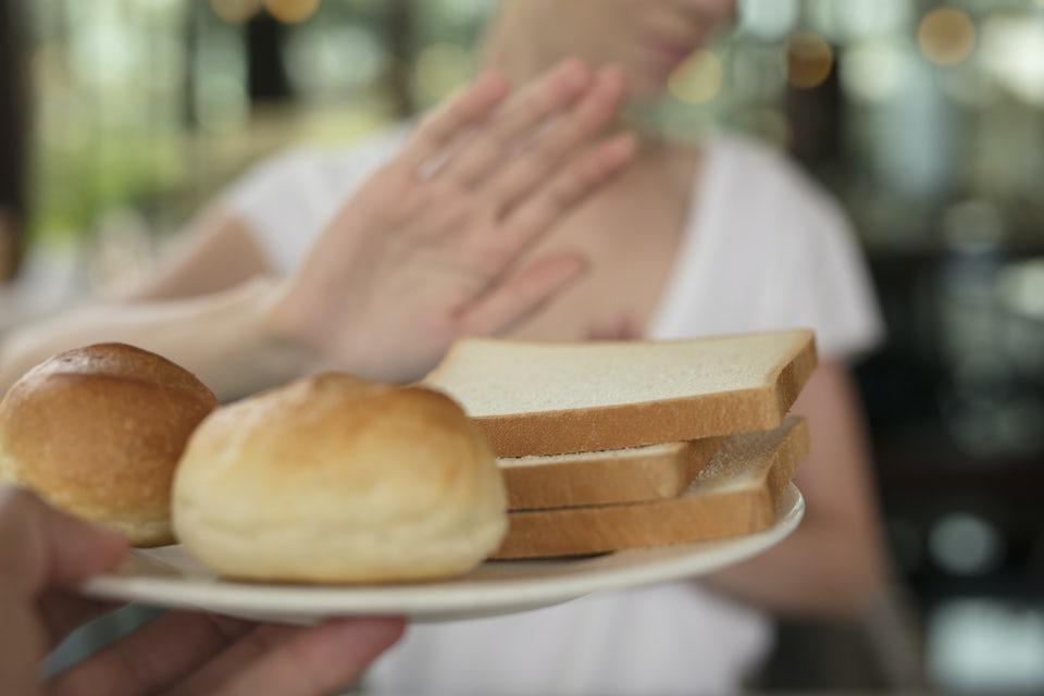 Nainen kieltäytyy leivästä