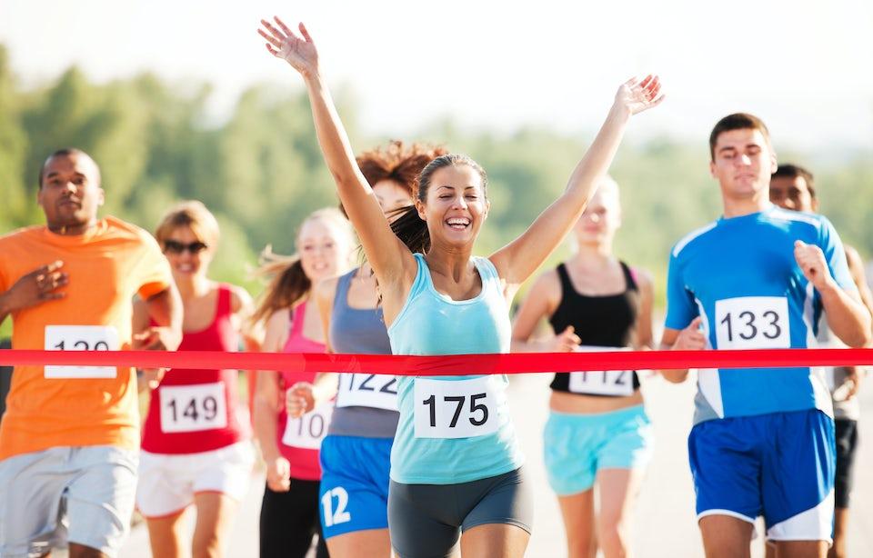 Glad kvinde kommer i mål til motionsløb