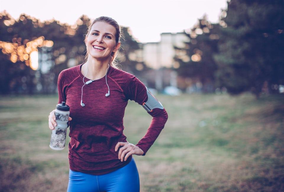 Kvinne puster ut etter trening