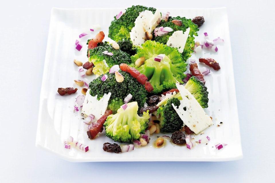 Tallerken med brokkolisalat med bacon