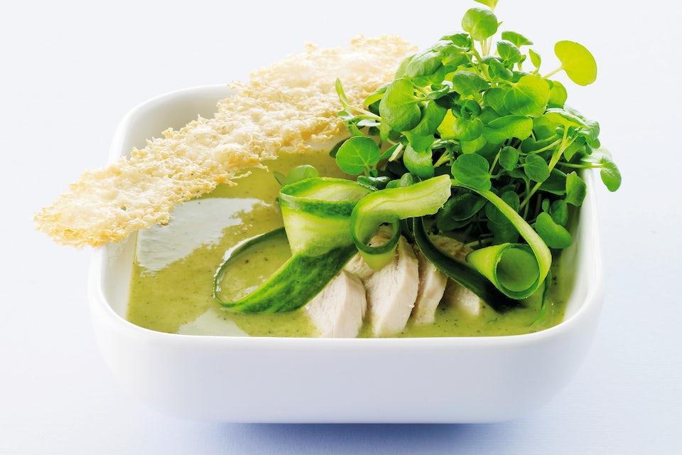 Skål med suppe og tilbehør