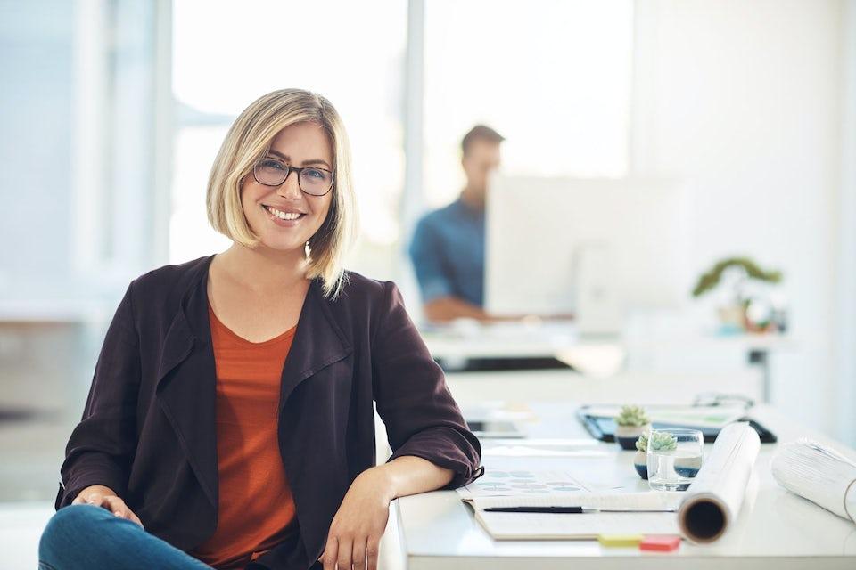 Nainen tekee stressaantuneena töitä kotona