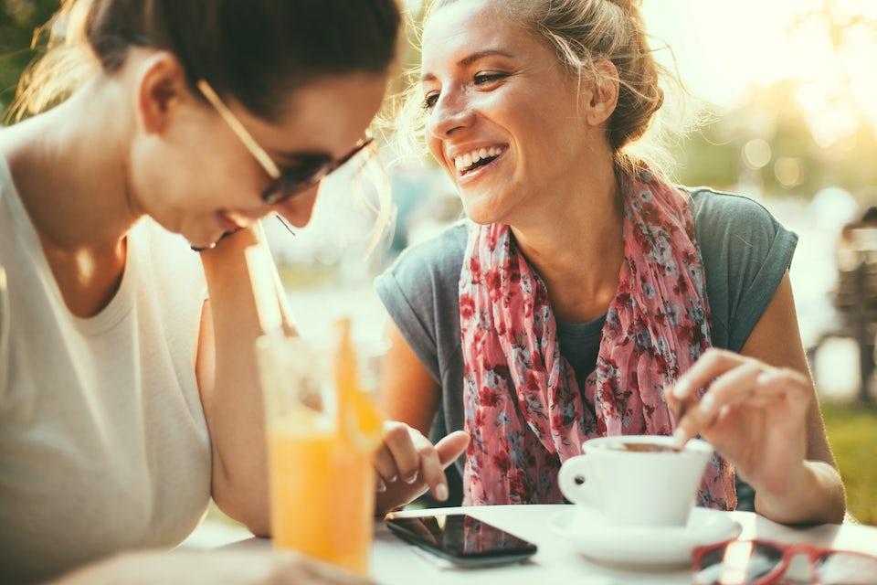 Naiset kahvittelevat ja nauravat