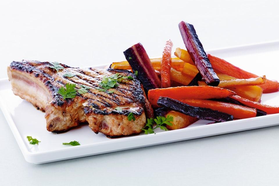 Tallerken med kotelet og grøntsager