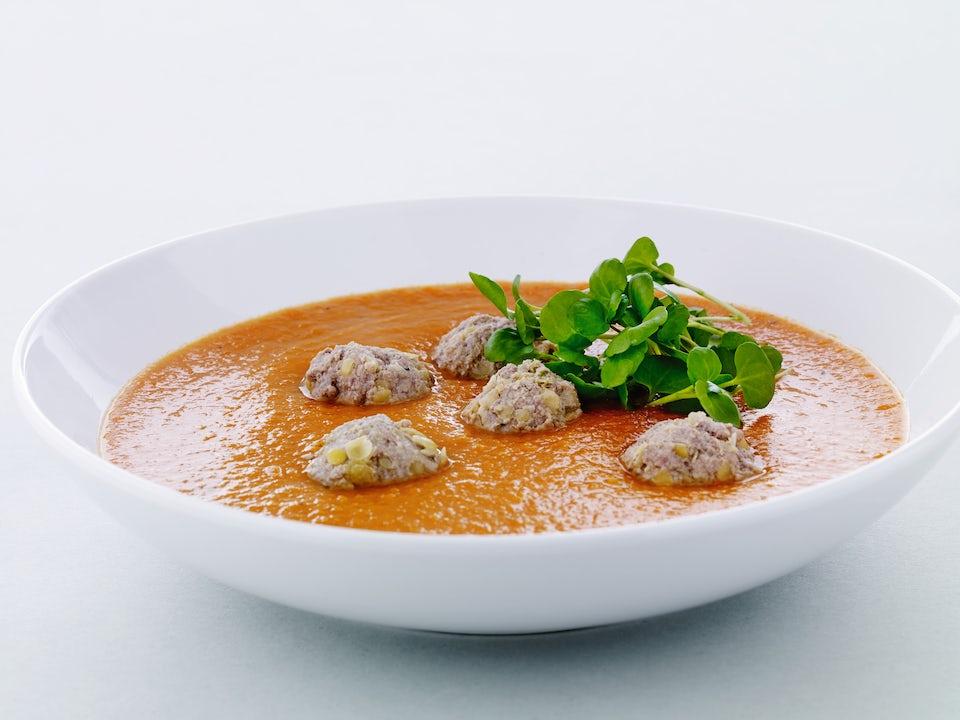 Skål med gulerodssuppe og kødboller