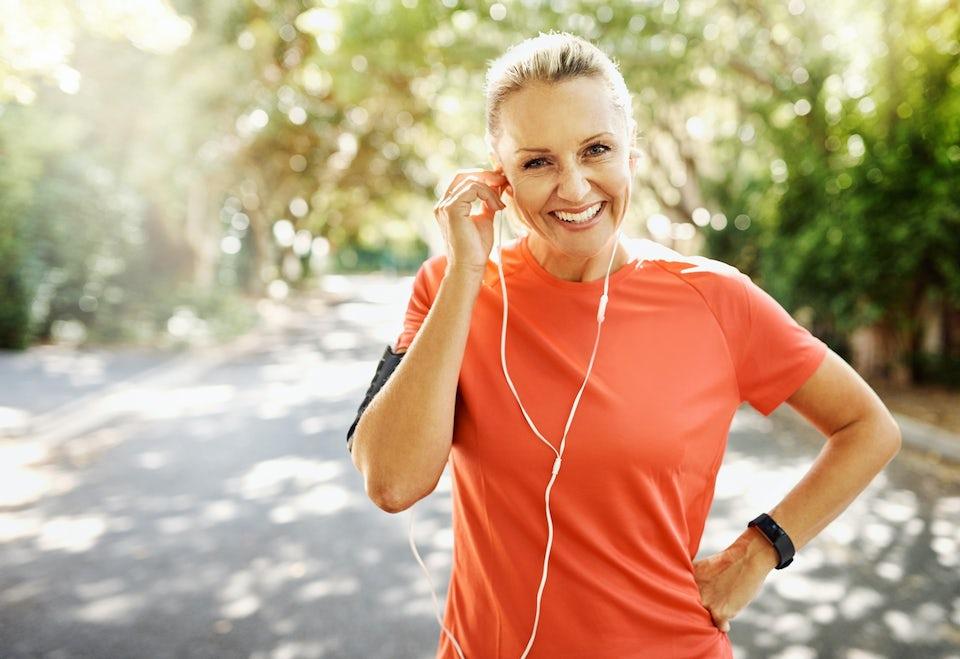 Kvinne løper og smiler