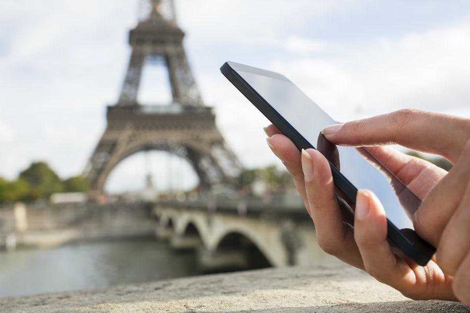 Älypuhelin, taustalla Eiffel-torni