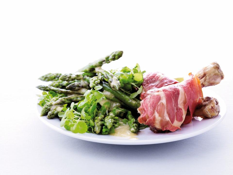 Broileria ja parsaa lautasella