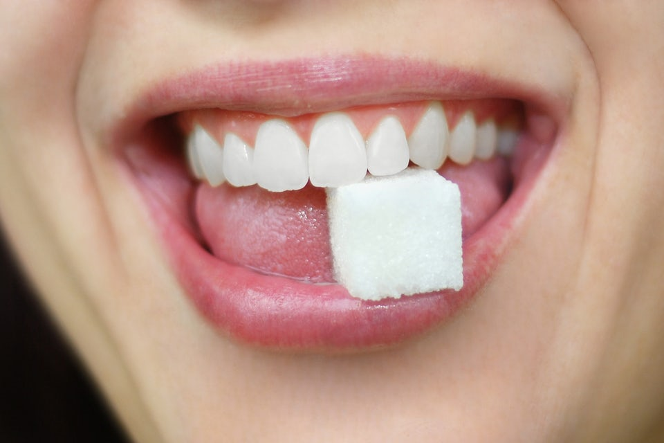 Kvinne spiser sukkerbit