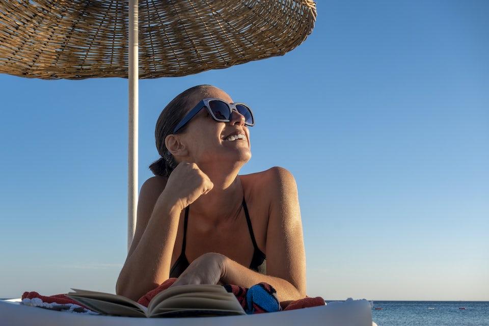 Kvinde solbader