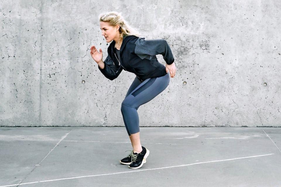 Michelle Kristensen gör övning med ett streck på marken.