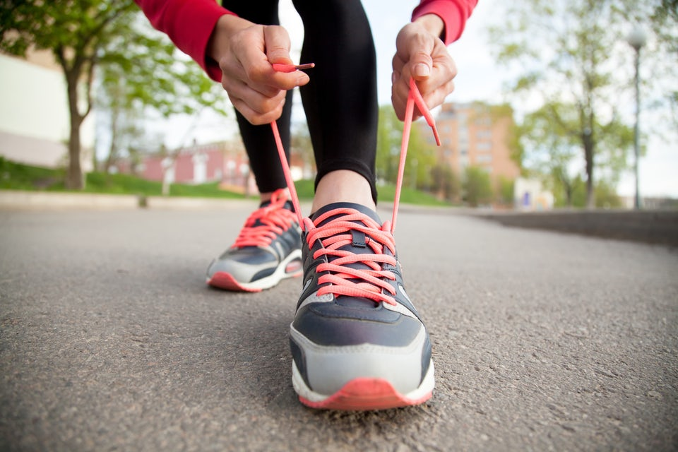 kvinde binder snørebånd på løbesko