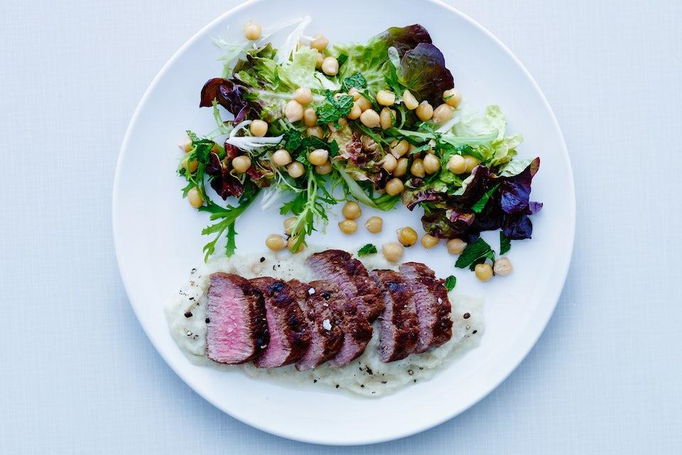 Lammasta ja salaattia lautasella