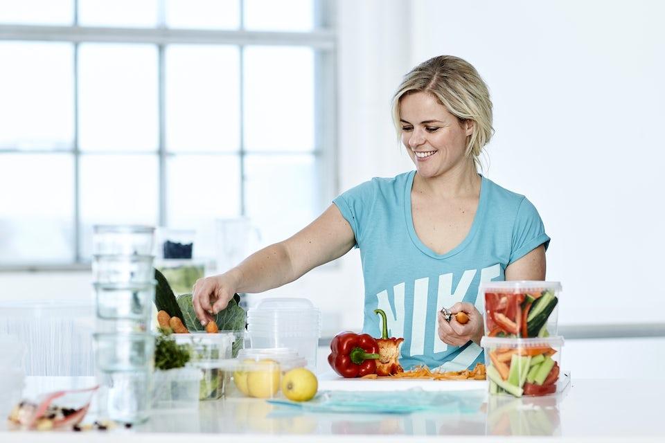 Kvinne tilbereder sunn mat