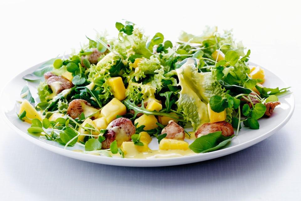 grøn salat på tallerken