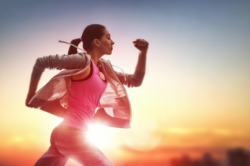 Nainen juoksee kovaa