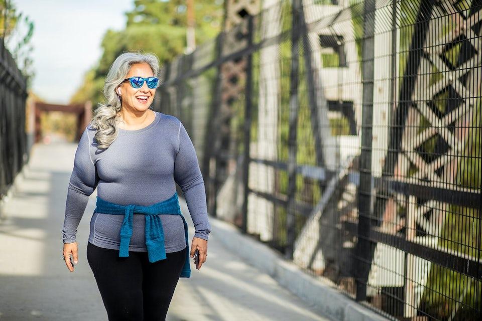 Kvinde der går en tur