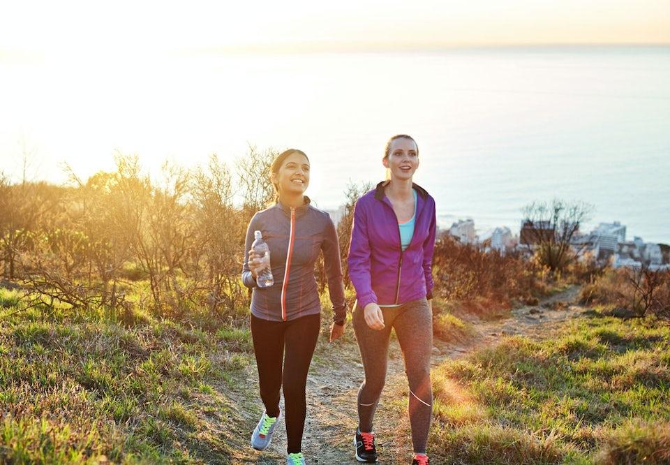 To kvinner går en tur