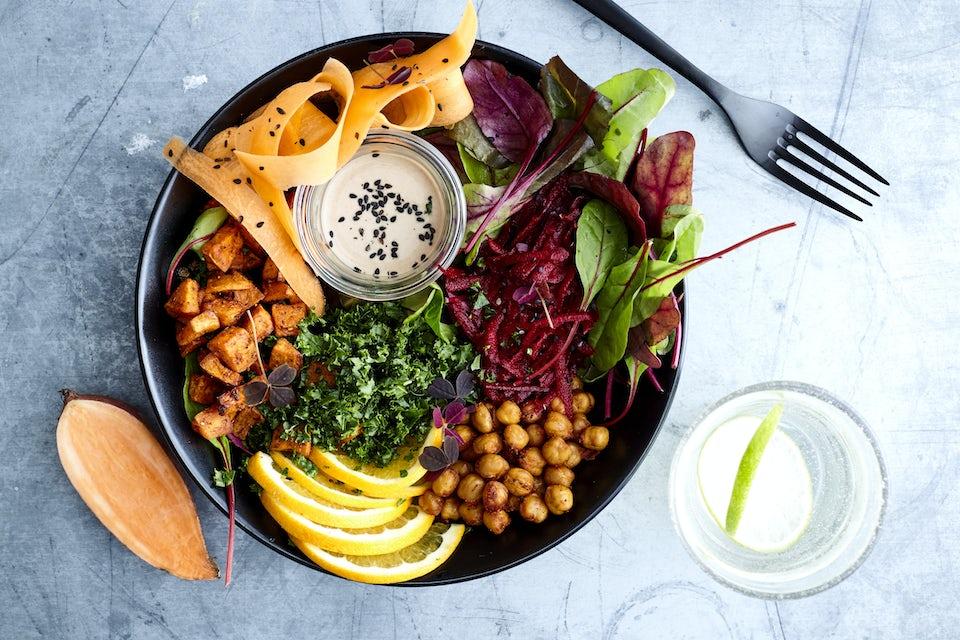 tallerken med farverig vegansk salat