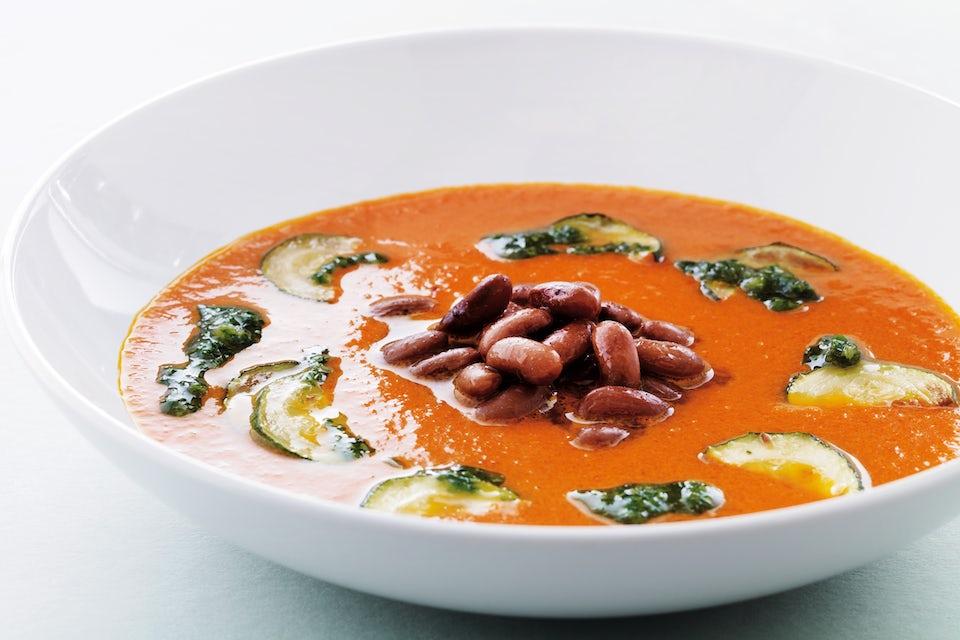 Skål med soppa och grönsaker.