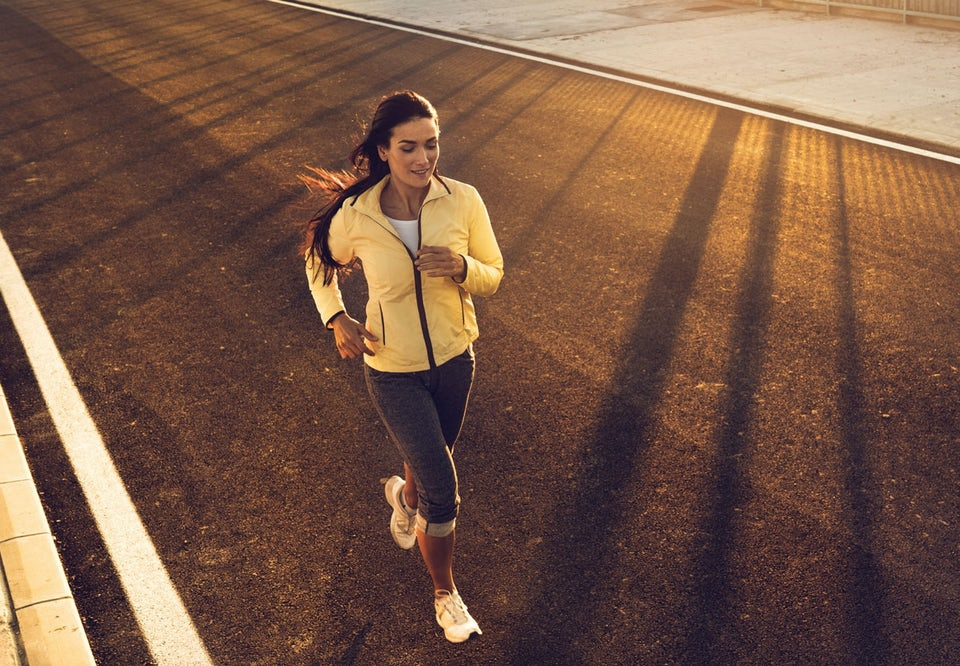 Kvinna springer på landsväg.