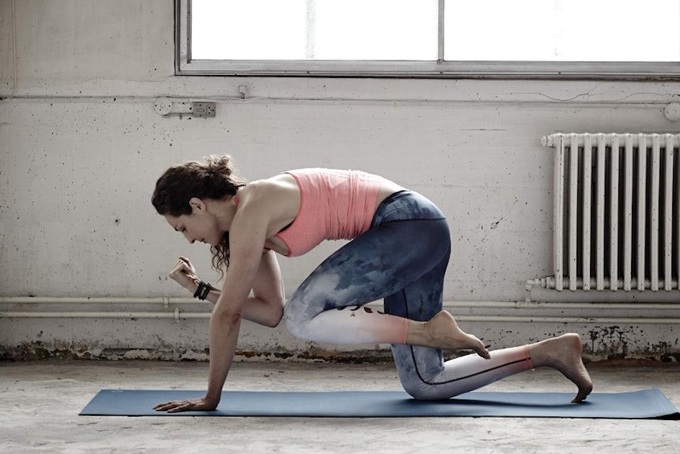 Kvinna gör yoga med hög puls.