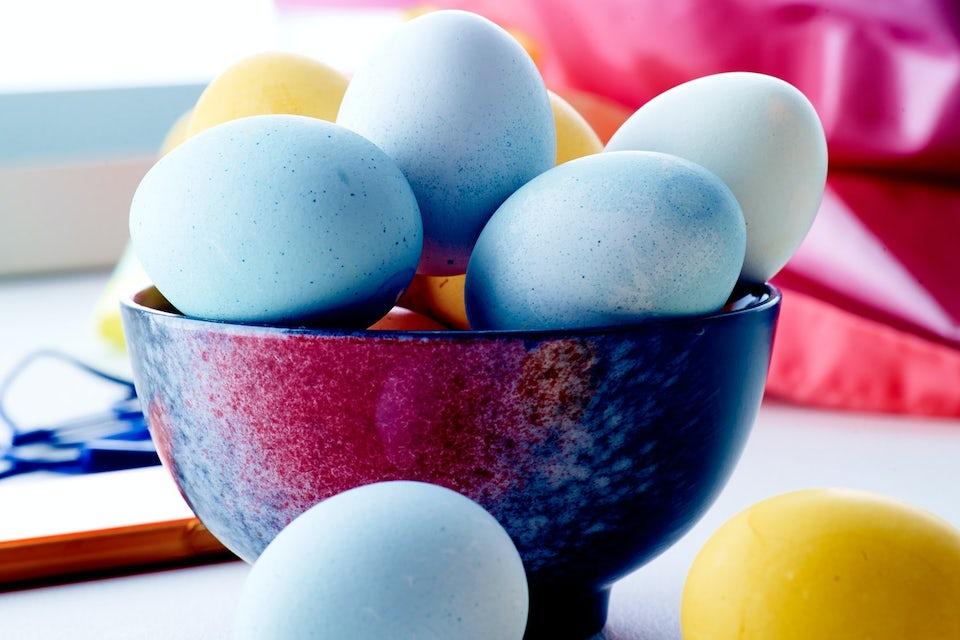 Färgade ägg i skål