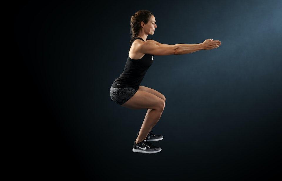 Kvinna gör squat.