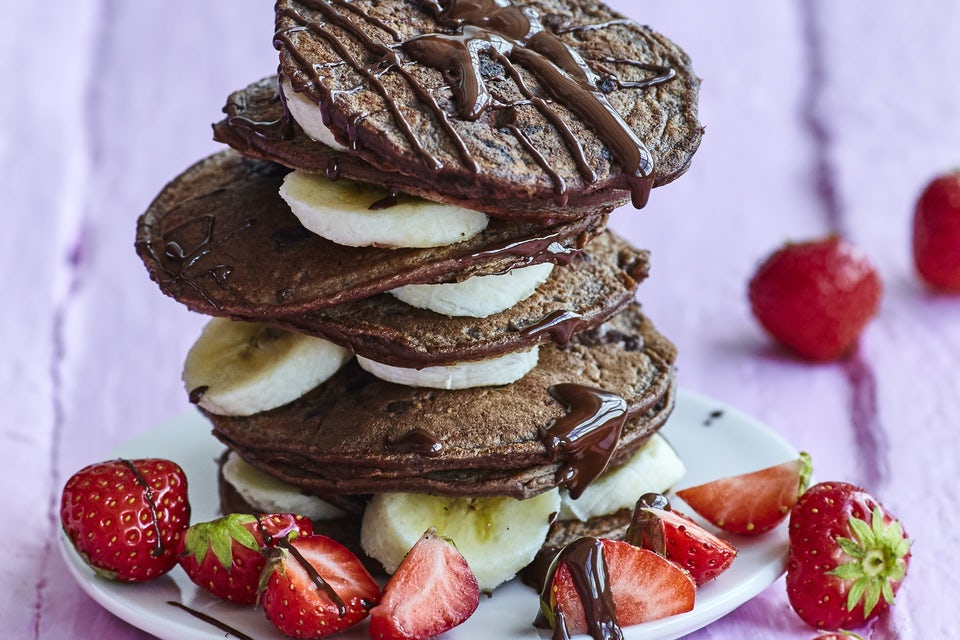 Chokladbananpannkakor med jordgubbar.