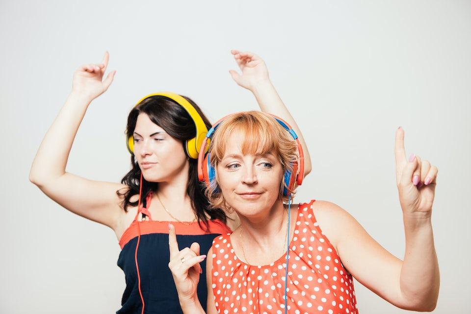 Naisia kuulokkeet päässä
