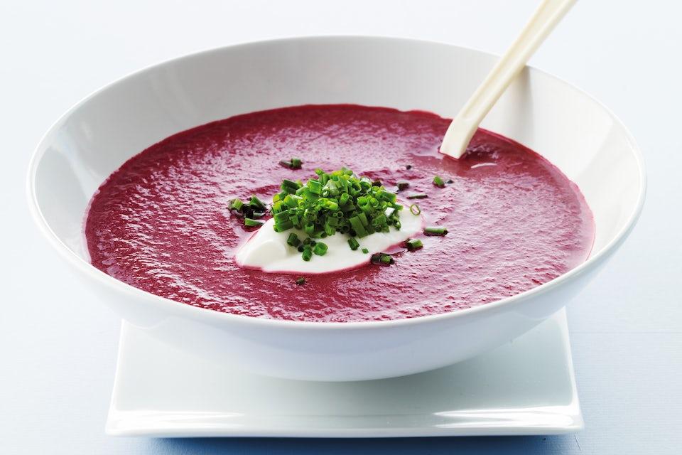 Skål med rødbede-suppe