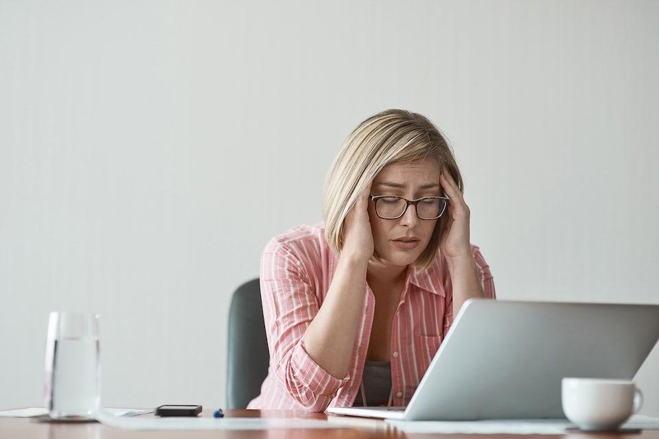 Kvinna på kontoret, stress.